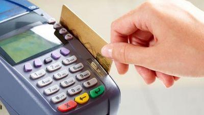 POS: Πόσο παραπάνω χρεώνουν τα καταστήματα όσους πληρώνουν με κάρτα;