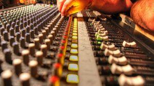 ΕΙΙΡΑ: Συζήτηση με τον Υφυπ. Στέλιο Πέτσα για τις στρεβλώσεις του ραδιοφωνικού κλάδου