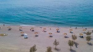 Παραλία Γλυφάδας: Τοποθετήθηκαν ομπρέλες με αποστάσεις ασφαλείας