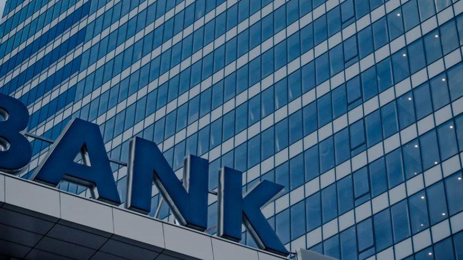 Bloomberg: Πώς η Ελλάδα παλεύει να σώσει ξανά τις τράπεζες