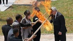 Φωτιά στην πρώτη κυρία της Ρουάντα πήγε να βάλει ο Γιούνκερ