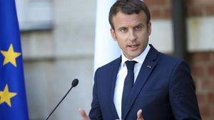 Γαλλία: Καταργεί τις λέξεις «πατέρας» και «μητέρα» στα επίσημα έγγραφα