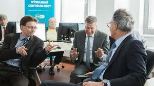 ESET: Επίσκεψη κορυφαίου αξιωματούχου της ΕΕ στα εργαστήρια