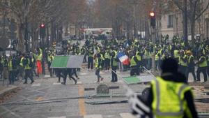 Διαδηλωτές κυνήγησαν την αυτοκινητοπομπή του Μακρόν