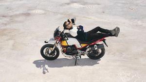 Ο Ewan McGregor επιστρέφει στη σέλα μίας Moto Guzzi