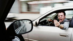 Ευρωβαρόμετρο: Οι μισοί Έλληνες οδηγοί δεν φορούν ζώνη και 7 στους 10 βρίζουν τους άλλους