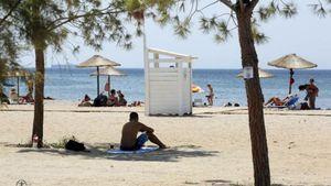 Σαρωνικός και μαζούτ: Να μπούμε στη θάλασσα φέτος; Απαντούν δήμαρχοι και ειδικοί