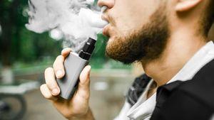 Κόβουν και το ηλεκτρονικό τσιγάρο από τους δημόσιους χώρους