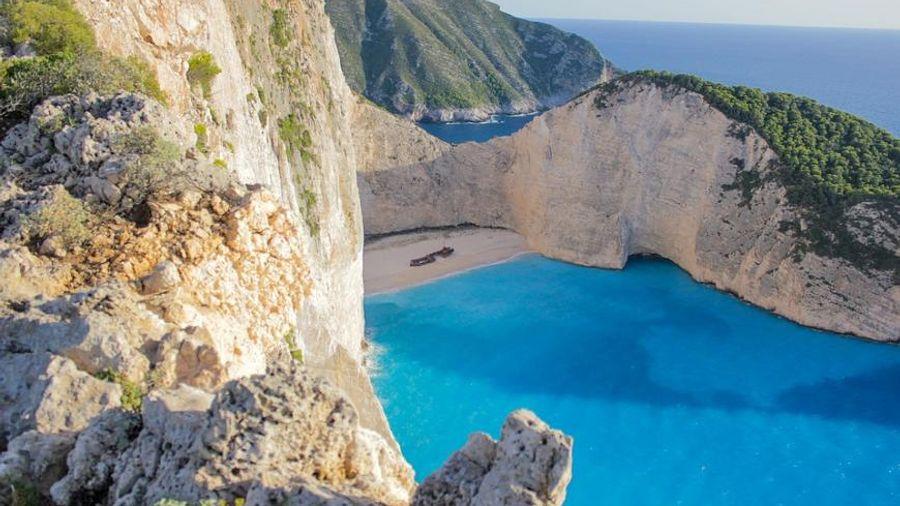 Ζάκυνθος: Άνοιγει, αλλά με όρους, η παραλία Ναυάγιο