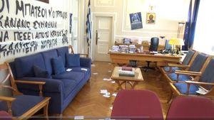 ΟΠΑ: Εισβολή αγνώστων στο γραφείο του Πρύτανη- Έγραψαν συνθήματα και ανάρτησαν αφίσες