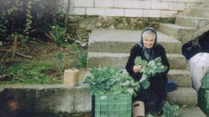 Συγκινεί η ηλικιωμένη που κάθεται «στο σκαμνί» για τα χόρτα που πουλούσε σε λαϊκή