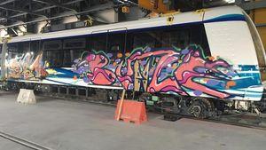Συνθήματα και γκράφιτι στα βαγόνια του μετρό Θεσσαλονίκης