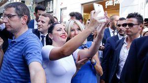 Βόλτα στην Ερμού για το ζεύγος Μακρόν-Βγάζουν selfies με περαστικούς