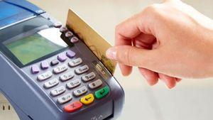 Πρόστιμο 1.000 ευρώ από αύριο σε όσες επιχειρήσεις δεν ενημερώνουν ότι δέχονται πλαστικό χρήμα