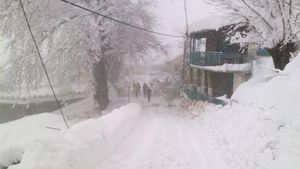 Καιρός: Στα λευκά η Ελλάδα - Κλειστοί δρόμοι, εγκλωβισμοί και διασώσεις