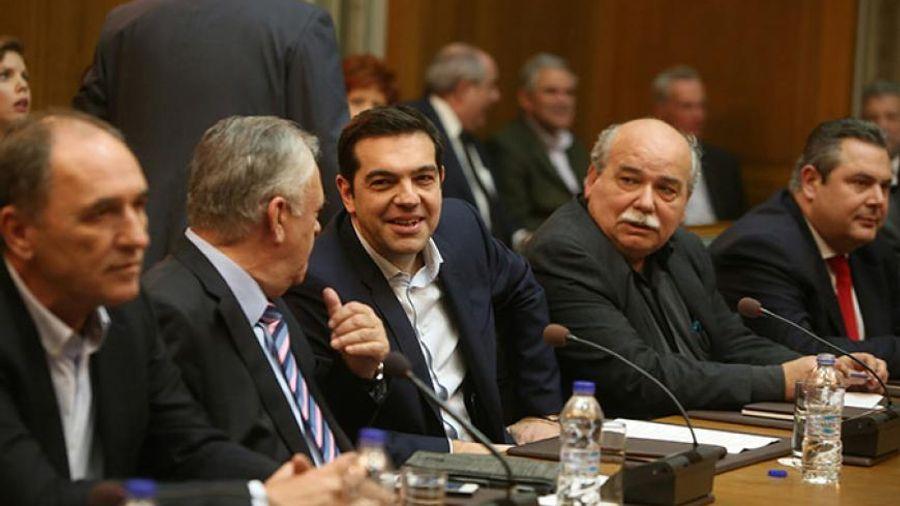 Υπουργικό συμβούλιο με φόντο προϋπολογισμό και Καμμένο