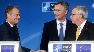 Κοινή δήλωση για τη συνεργασία της ΕΕ με το ΝΑΤΟ υπέγραψαν Τουσκ και Γιούνκερ με τον Στόλτενμπεργκ