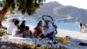 Τήλος: Εκεί όπου οι νησιώτες άνοιξαν την καρδιά και τις επιχειρήσεις τους στους πρόσφυγες