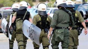 Εκατό άτομα επιτέθηκαν σε διμοιρία των ΜΑΤ έξω από το Πάντειο