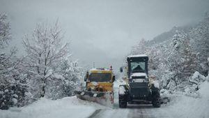 Ήπειρος: Σφοδρή χιονόπτωση – Κλειστά σχολεία και απαγόρευση κυκλοφορίας για φορτηγά