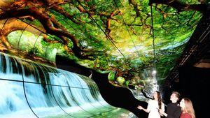 Το digital signage installation 'LG OLED FALLS' κλέβει τις εντυπώσεις των επισκεπτών στη CES