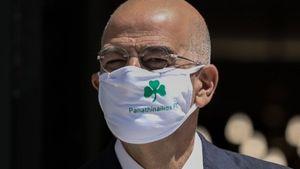 Δένδιας: Με μάσκα του Παναθηναϊκού υποδέχθηκε την Υπουργό Εξωτερικών της Ισπανίας