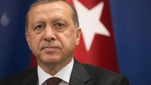 """Ερντογάν: Κατηγορεί τον Μακρόν για """"αποικιοκρατικές"""" βλέψεις και για """"θέαμα"""" στον Λίβανο"""