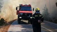 Φωτιά στα Καλύβια: «Κάηκαν σπίτια» λέει ο δήμαρχος Σαρωνικού