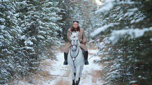 O Κιμ Γιονγκ Ουν καβάλα σε άσπρο άλογο σε ιερό βουνό της Β. Κορέας