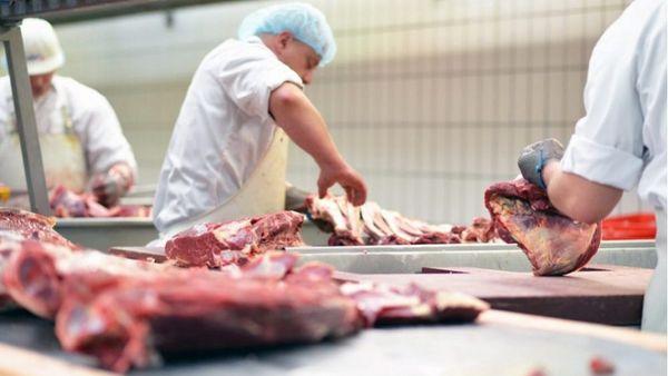 Covid-19: Μεγαλύτερος κίνδυνος έκθεσης μεταξύ των εργαζομένων στη μεταποίηση κρέατος
