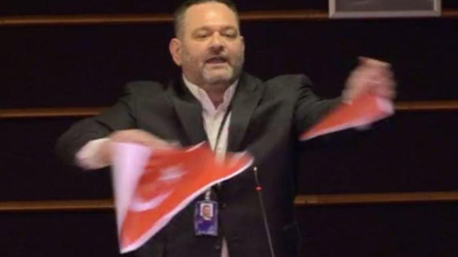 Έσκισε την τουρκική σημαία στο Ευρωκοινοβούλιο ο Λαγός, απάντησε ο Τσαβούσογλου