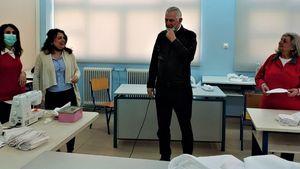 Εθελόντριες του Εργαστηρίου Ραπτικής Δήμου Περιστερίου έραψαν 5.000 μάσκες προστασίας