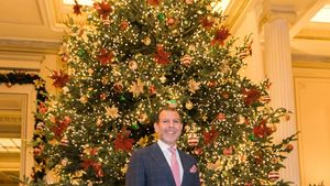 Το ξενοδοχείο Μεγάλη Βρετανία πραγματοποίησε τη φωταγώγηση του Χριστουγεννιάτικου Δέντρου