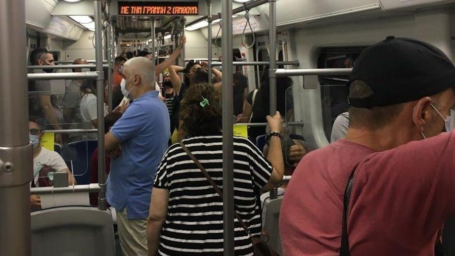 Πέτσας: «Πολύ σύντομα λύση» για τις εικόνες συνωστισμού στο μετρό
