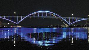 Στα γαλανόλευκα φωταγωγήθηκε η γέφυρα του Μιλγουόκι προς τιμήν του Αντετοκούνμπο