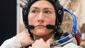 Η αστροναύτης Κριστίνα Κόουκ επιστρέφει στη Γη έπειτα από ρεκόρ παραμονής στο διάστημα