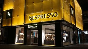 O Greg (Γρηγόρης Παπαγρηγορίου) φιλοτεχνεί τη Nespresso boutique της Γλυφάδας