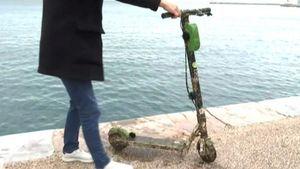 Θεσσαλονίκη: Η άμπωτη αποκάλυψε ηλεκτρικά πατίνια στον βυθό του Θερμαϊκού (vid)