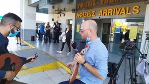 Mε λύρα και κρητική μουσική υποδέχτηκαν τους πρώτους τουρίστες στο Ηράκλειο