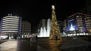 Χριστούγεννα: Στολίστηκε η πλατεία Ομονοίας